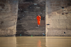 Monk in Phnom Penh (Chiara Abbate) Tags: monk buddhism budda buddha chiarabbate chiara abbate cambogia down river mekong religion colour steps step daylife meditation orient travel trip adventure