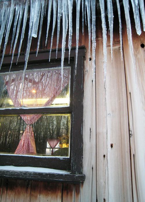Stalactites sur le toit d'une cabane à sucre