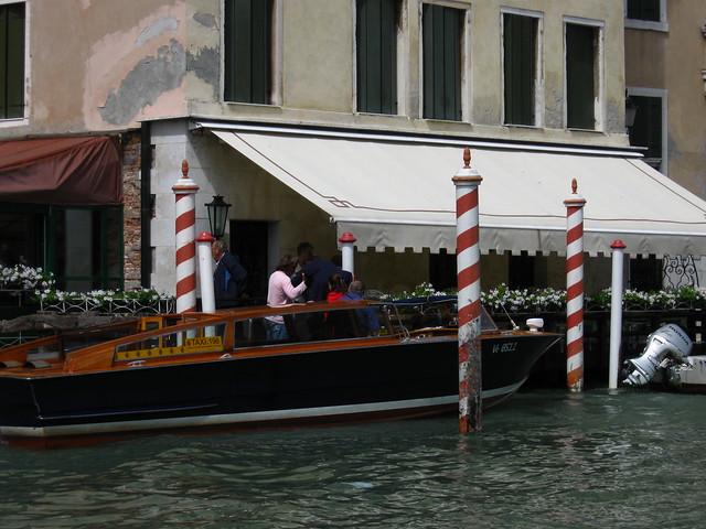 ヴェネツィアの水上タクシーのフリー写真素材