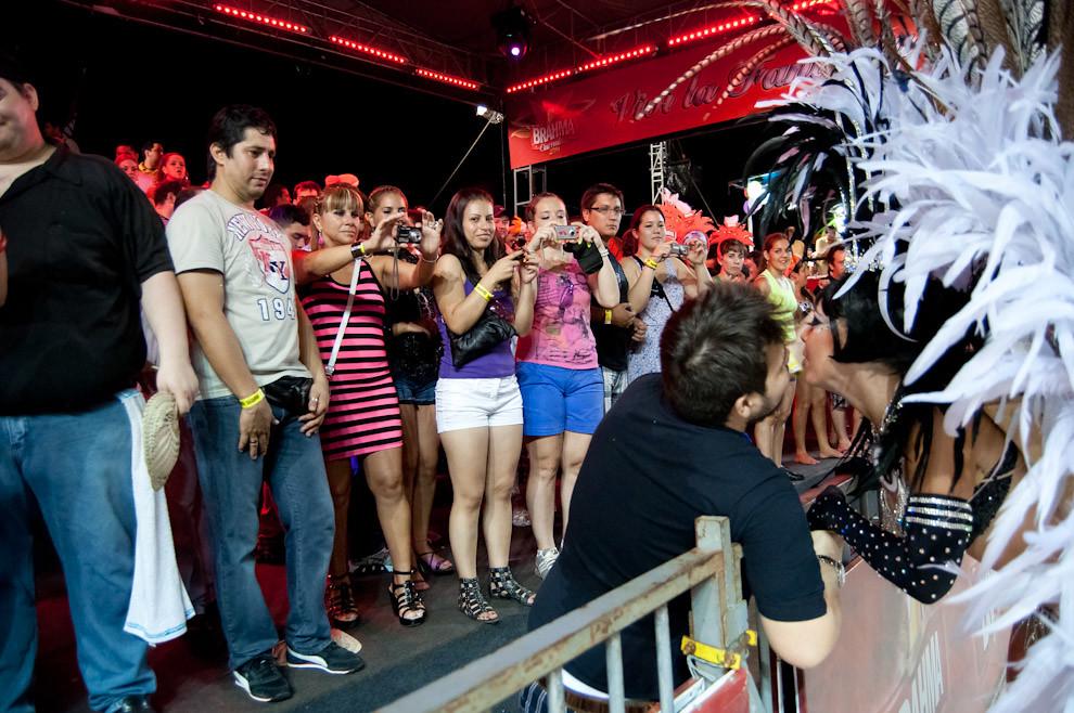 El público de un Palco principal sacan fotos a la Reina del Club San Juan mientras recibe besos de uno de ellos durante la presentación de la Reina ante el Público y el Jurado. (Elton Núñez - Encarnación, Paraguay)