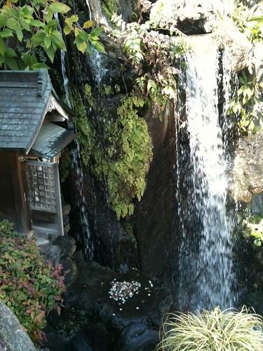 「花やしき」園内に滝がある