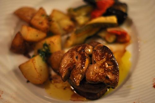 Bøf med stegt foie gras, kartofler og grillede grøntsager