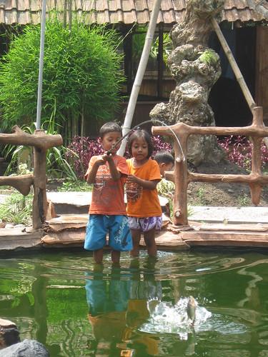 Arena Kolam Pancing Khusus Anak – Anak