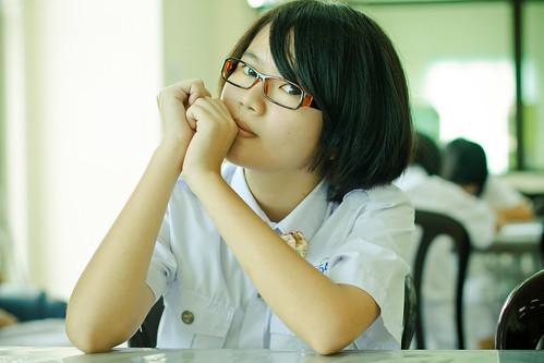 フリー写真素材, 人物, 女性, アジア女性, ショートヘア, 眼鏡・メガネ, 頬杖をつく, シンガポール人,