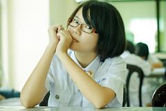 [フリー画像] 人物, 女性, アジア女性, ショートヘア, 眼鏡・メガネ, 頬杖をつく, シンガポール人, 201103190900
