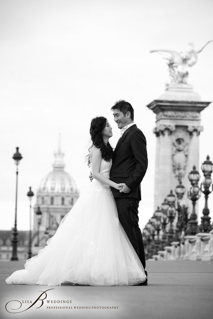 here is a photo of an engagement shoot in Paris