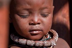 Todo cabe en lo breve. Pequeo es el nio y encierra al hombre; estrecho es el cerebro y cobija el pensamiento; no es el ojo ms que un punto y abarca leguas. No los cierres nunca, tenemos mucho por ver! (Dauphiness-Nria) Tags: africa people african culture tribal safari afrika tribe ethnic namibia tribo himba afrique ethnology tribu namibie tribus ethnie