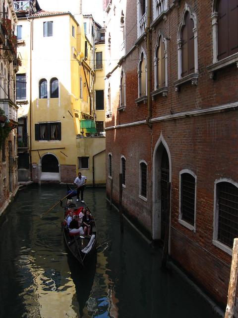 ヴェネツィアの水路と建物のフリー写真素材