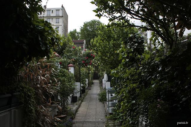 Une ruelle de village parisien