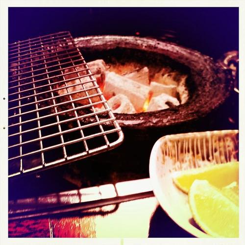 烤網常這樣放著,而食材就晾在旁邊...