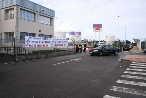 ZP frente a la pancarta de AENA 19022011