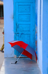 Reds and blues (Irene Stylianou) Tags: blue red india umbrella nikon streetphotography nikkor dslr nikondigital bluedoor rajasthan d300 nikoncamera vr2 nikkor18200mm jojawar nikond300 stevemccurryworkshop irenestylianou nikkorzoomlens18200mmf3556