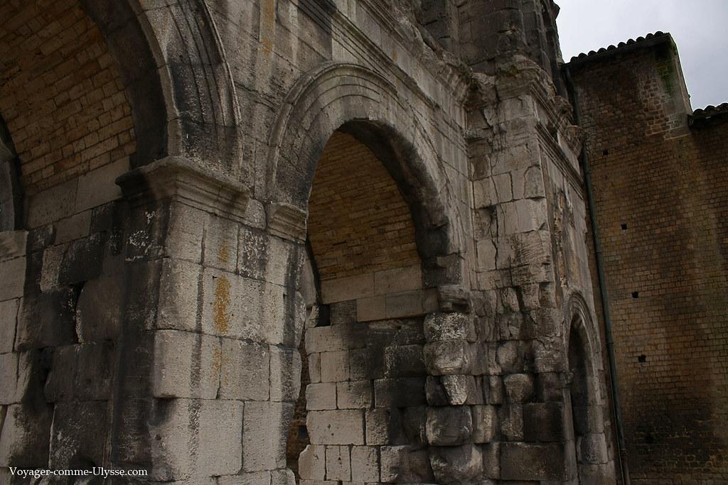 Le passage du temps est visible sur les vieilles pierres du monument