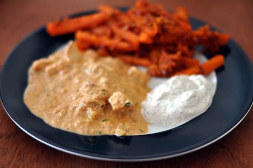 Butter chicken, raita og gulerødder med sennepsfrø
