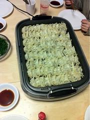 晩御飯には餃子山盛りです。これを今から四人で食べます。