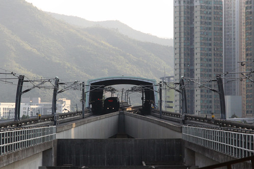 Train arriving into Heng On station