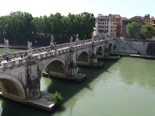 ローマの川に架かる橋のフリー写真素材