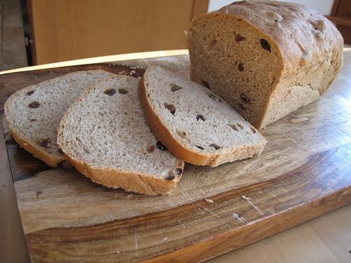 Spelt raisin bread
