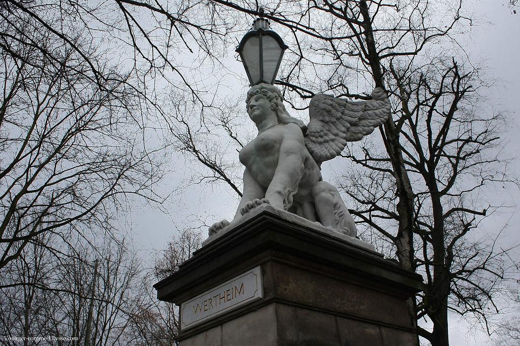 Griffon-lampadaire à l'entrée du jardin de Wertheim