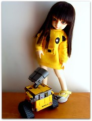 Creamy and Wall-E (Teka e Fabi®) Tags: bear yellow doll amarelo bjd boneca volks yuh urso robo walle yosd tekaefabi