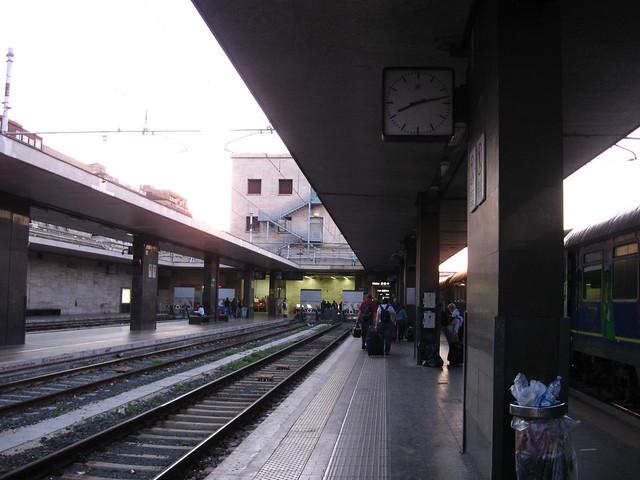 S.M.N.駅のホームのフリー写真素材