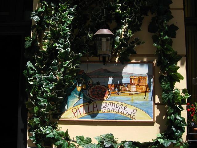 ナポリピッツァの看板のフリー写真素材