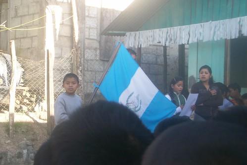 Cantando el Himno Nacional