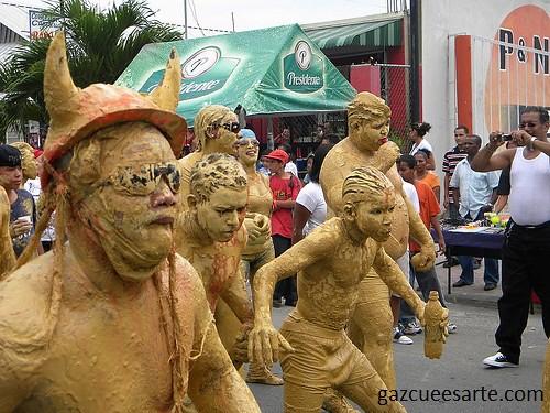 niños de barro en el carnaval de bonao