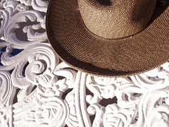 sun protection (Mamluke) Tags: sun sunlight white blanco hat metal table mexico iron scrollwork straw 1950s chapeau tageslicht sunlit metall wit bianco blanc mtal zonlicht guerrero weis metallo lumiredusoleil sunprotection luzdelsol mamluke lucesolare