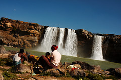 Chittrakote waterfalls, Chhattisgarh (Olivier Th) Tags: voyage trip travel winter vacation people india man men fall water canon eos photo waterfall asia eau market indian hiver reporter picture culture tribal tribes indians asie aboriginal tribe hindu haat march indien chute thao hommes gens indigenous inde reportage tribu chutedeau indiens chitrakoot aborigne indienne republicofindia tribals centralindia journalisme adivasi chhattisgarh chutesdeau indiennes photoreportage scheduledtribes bastar chitrakote aborignes trubu