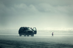 Moment d'attente (sparth) Tags: beach car silhouette clouds washington sand olympicpeninsula 300mm telephoto pacificnorthwest olympics moment 2010 extender 2x attente 300mm28l 5dmkii momentdattente
