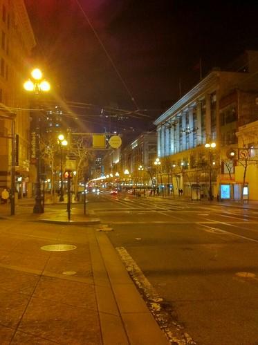 この街の街灯はナトリウムランプなのかな。陽が暮れるとオレンジ 一色。