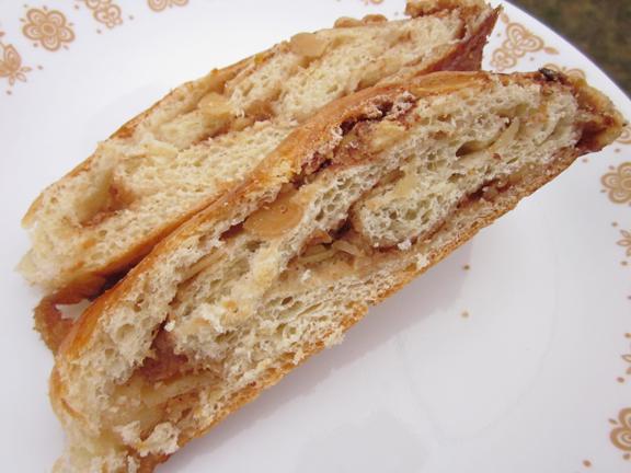 Daring Bakers January: Yeasted Meringue Coffee Cake