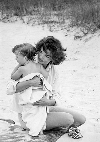 jackie-kennedy-on-the-beach