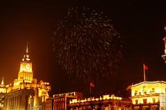 Shanghai - Bund Fireworks (cnmark) Tags: china new building festival buildings geotagged noche spring long exposure shanghai fireworks nacht district year chinese noite     nuit bund gebude notte nachtaufnahme  feuerwerk huangpu the   allrightsreserved  geo:lat=3124120981739638 geo:lon=12148614572883606