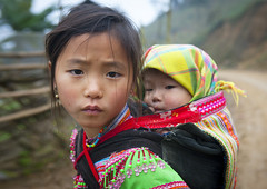 Flower Hmong girl and her baby sister - Vietnam (Eric Lafforgue) Tags: baby girl kid asia culture tribal vietnam viet tribes bebe asie tradition tribe ethnic carry hmong tribo vietname ethnology tribu  flowerhmong wietnam ethnie    vietnam5533