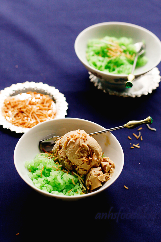 Coconut ice-cream with pandan sticky rice (kem xôi)