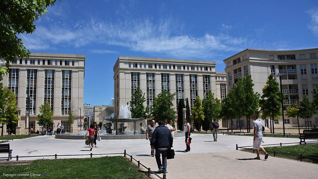 Sur la Place de Thessalie, il n'y a pas de vis-à-vis, il y a des bancs publics, des pelouses, des arbres, et pas de voitures.