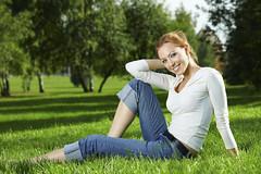 [フリー画像] 人物, 女性, 草原, 201103210900