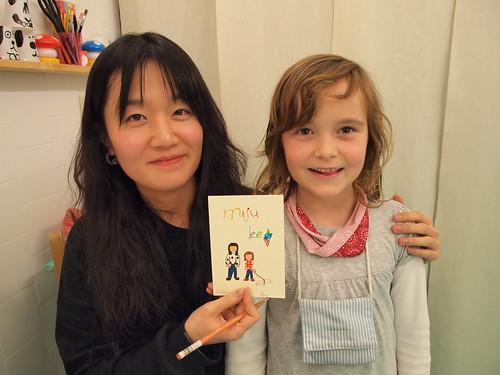 Miju con una fan