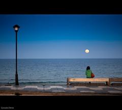 contemplando la superluna / looking at the super-moon (Gonzalo Dniz) Tags: girl grancanaria composition 50mm mar nikon farola chica f14 banco luna marzo 50mmf14 camaras azulejos 2011 nikkor50mmf14 d90 pozoizquierdo supermoon superluna