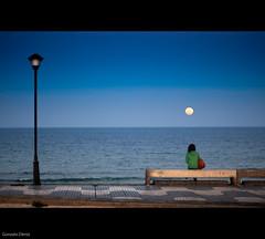 contemplando la superluna / looking at the super-moon (- GD photography -) Tags: girl grancanaria composition 50mm mar nikon farola chica f14 banco luna marzo 50mmf14 camaras azulejos 2011 nikkor50mmf14 d90 pozoizquierdo supermoon superluna