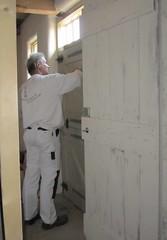 Roel schildert de deur.