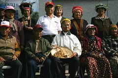 屏東長治鄉久永屋阿禮部落耆老歡喜迎接小米種原。攝影:廖靜蕙。