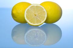 le Citron - the Lemon - die Zitrone (Geoffrey Gilson) Tags: yellow fruit jaune canon reflections eos lemon fresh gelb 7d geoffrey reflexions frucht citron frais freshness gilson zitrone frische fraicheur canoneos7d wwwgeoffreygilsonnet
