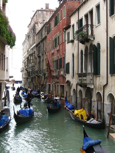 ヴェネツィアの水路とゴンドラのフリー写真素材