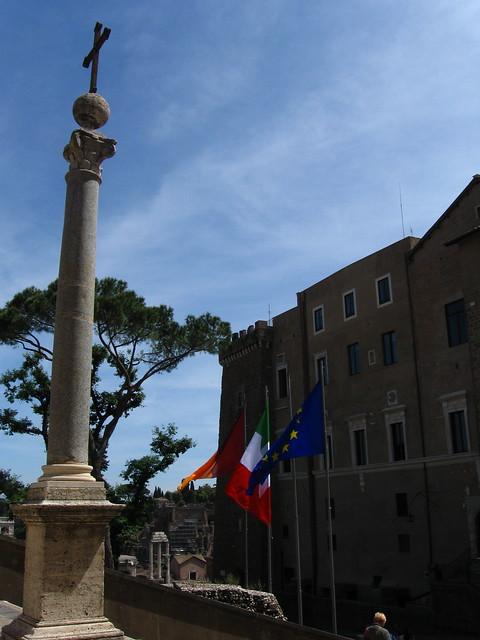 ローマの街角の柱のフリー写真素材