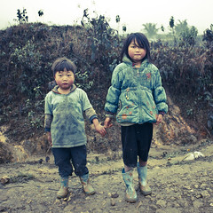 Brother and sister - Hmong Vietnam (Eric Lafforgue) Tags: kids children asia sister brother culture tribal vietnam viet tribes asie tradition tribe ethnic minority hmong tribo vietname ethnology tribu  wietnam ethnie    vietnam6178