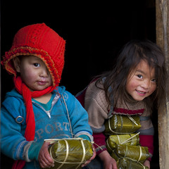 Bringing back rice cakes for Tet - Hmong Vietnam (Eric Lafforgue) Tags: poverty kids children asia culture tribal vietnam viet tribes asie enfants tradition tribe ethnic tribo vietname ethnology tribu pauvret  wietnam ethnie    vietnam6201