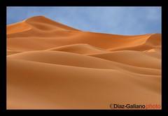 Merzouga (DIAZ-GALIANO) Tags: sky canon mar sand desert arena morocco cielo desierto marruecos vacaciones soe  dunas 30d merzouga blueribbonwinner supershot thegalaxy ergchebi kartpostal bej abigfave rebeccablack nubesclouds anawesomeshot simplysuperb thebestofday gnneniyisi worldtrekker rubyphotographer diazgaliano saariysqualitypictures flickraward greatshotss platinumpeaceaward flickraward5 mygearandmepremium mygearandmeplatinum flickrawardgallery ringexcellence rememberthatmomentlevel9 rememberthatmomentlevel5 rememberthatmomentlevel10